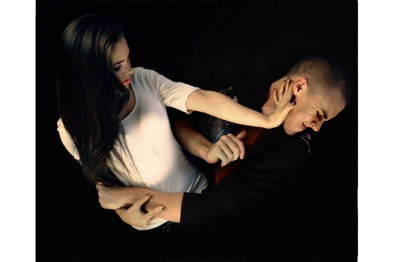 Парень ударяет девушку фото